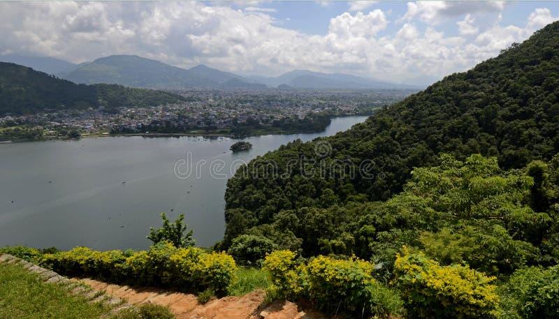 Vista del Pokhara y del lago Phewa, Nepal foto de archivo
