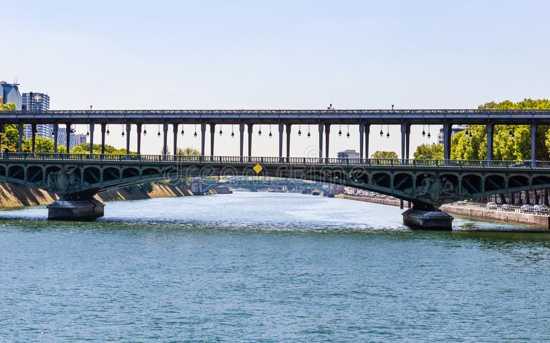 Vista del pont de Passy de Bir-Hakeim del pont antes parís fotos de archivo libres de regalías