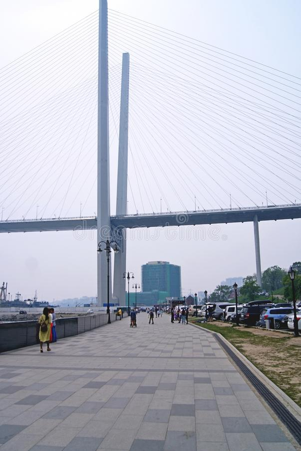 Vista del ponte dall'argine fotografie stock libere da diritti