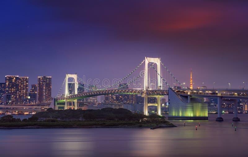 Vista del ponte dell'arcobaleno, dell'orizzonte di Tokyo e della torre di Tokyo immagine stock