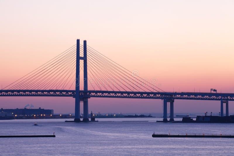 Ponte della baia sopra alba a Yokohama, Giappone immagine stock
