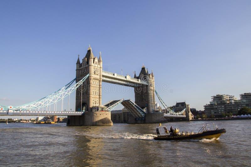 Vista del ponte della torre sull'apertura del Tamigi per passare a barche sera Londra, Inghilterra fotografie stock