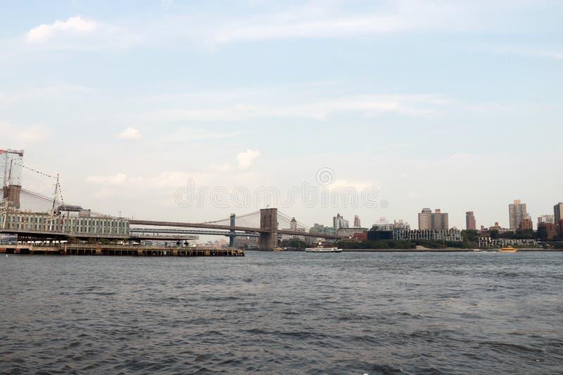 Vista del ponte di Brooklyn e orizzonte di Manhattan Fondo immagini stock libere da diritti