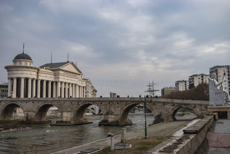 Vista del ponte di pietra e del museo archeologico della Macedonia immagine stock libera da diritti