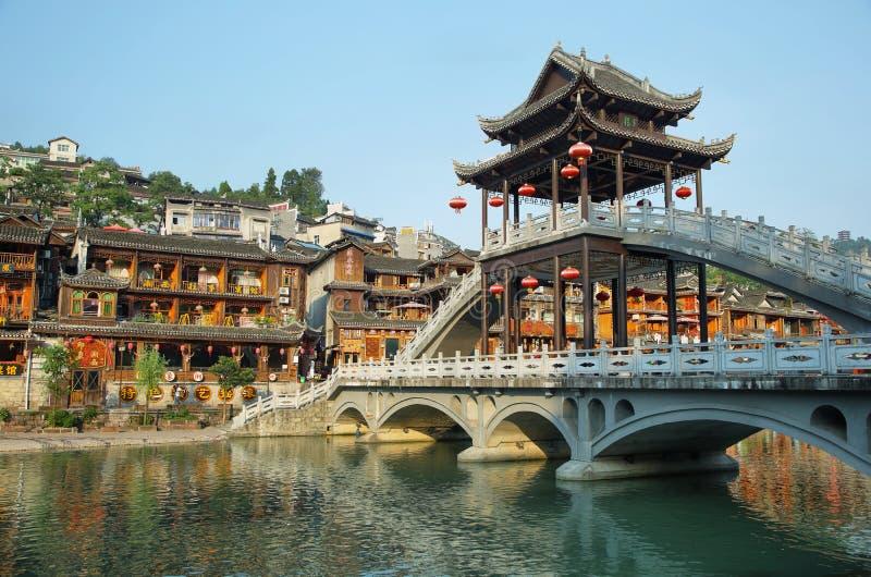 Vista del ponte di pietra in Fenghuang immagine stock