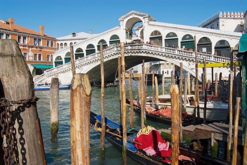 Vista del ponte di Ponte di Rialto del punto di riferimento sopra Grand Canal a Venezia, Italia fotografia stock libera da diritti