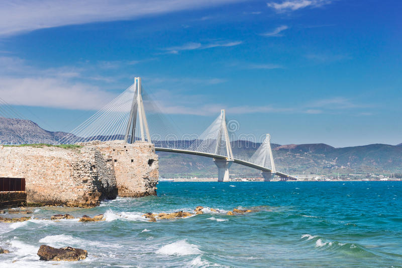 Vista del ponte di Rio Antirrio e di Patrasso fotografie stock