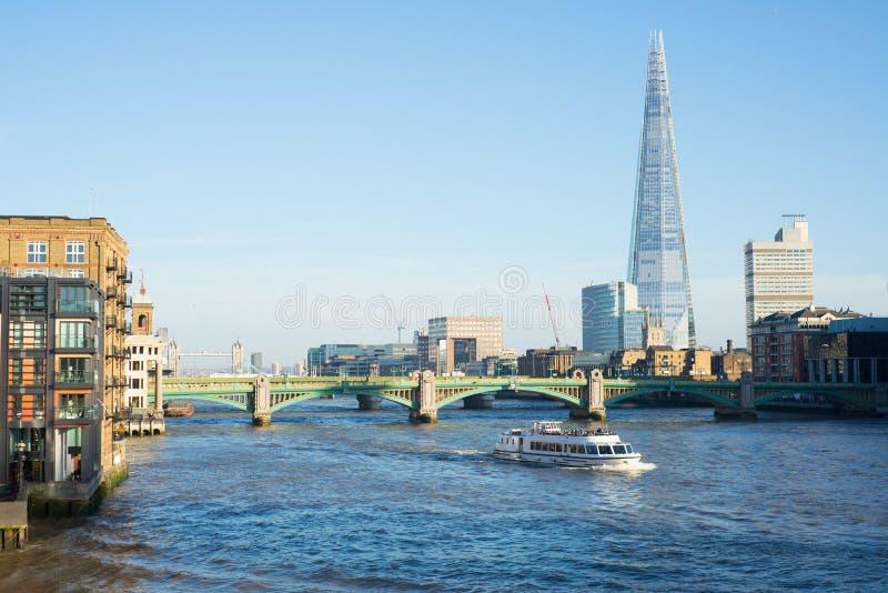 Vista del ponte di Southwark e di Tamigi con un traghetto fotografie stock libere da diritti