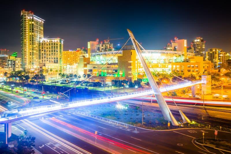 Vista del ponte pedonale dell'azionamento del porto alla notte, in San Dieg fotografie stock