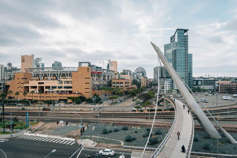 Vista del ponte pedonale dell'azionamento del porto a San Diego del centro, California immagini stock