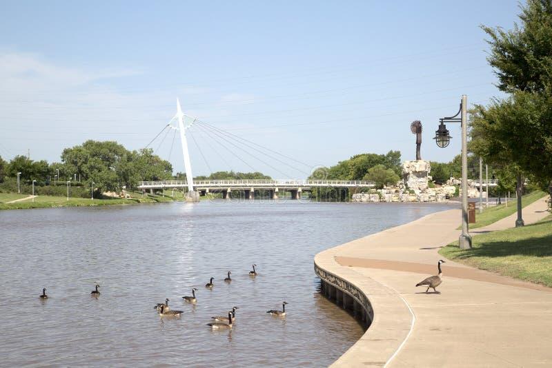 Vista del ponte pedonale a Wichita Kansas immagini stock libere da diritti