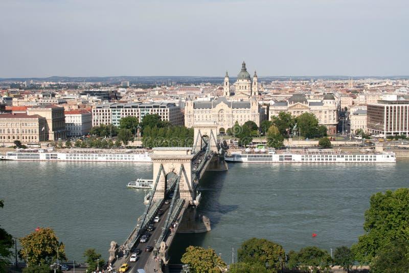 Vista del ponte sopra il Danubio dal lato della collina di Gellert a Budapest fotografia stock libera da diritti