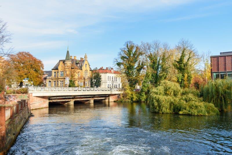 Vista del ponte sopra il fiume di Ilmenau in Luneburg germany immagine stock