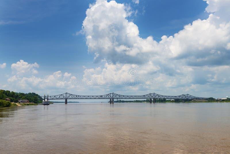 Vista del ponte sopra il fiume Mississippi vicino alla città di Natchez, Mississippi, U.S.A.; fotografia stock libera da diritti