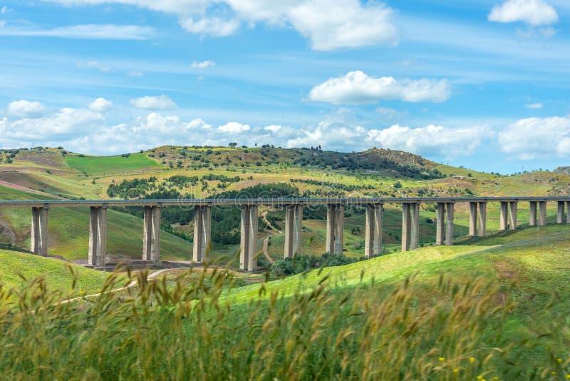 Vista del ponte stradale della strada, viadotto nella valle fra le colline verdi, infrastrutture di trasporto immagine stock libera da diritti
