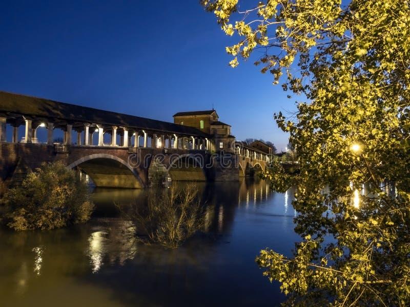 Vista del ponte Ponte Vecchio durante l'inondazione del fiume Ticino a Pavia (Italia) immagine stock