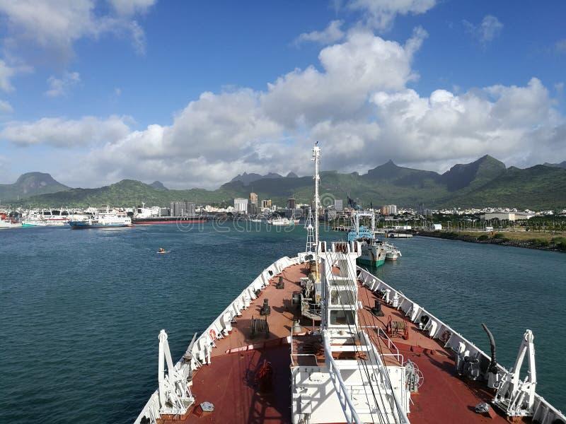 Vista del Port-Louis dalla nave sull'isola delle Mauritius immagine stock libera da diritti
