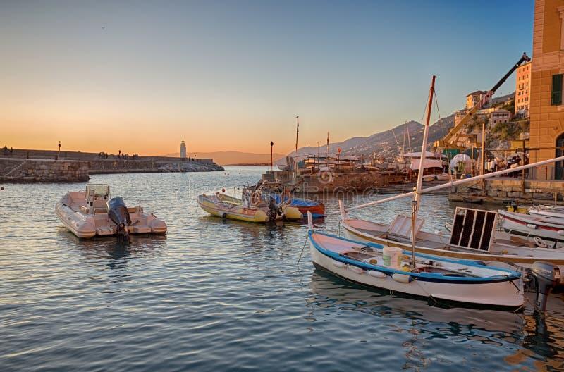 Vista del porticciolo di Camogli con il faro al tramonto, Genoa Genova Province, Liguria, costa Mediterranea, Italia immagini stock libere da diritti