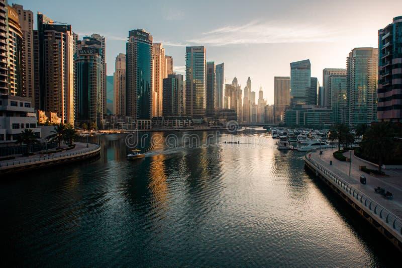 Vista del porticciolo del Dubai ad alba fotografia stock libera da diritti