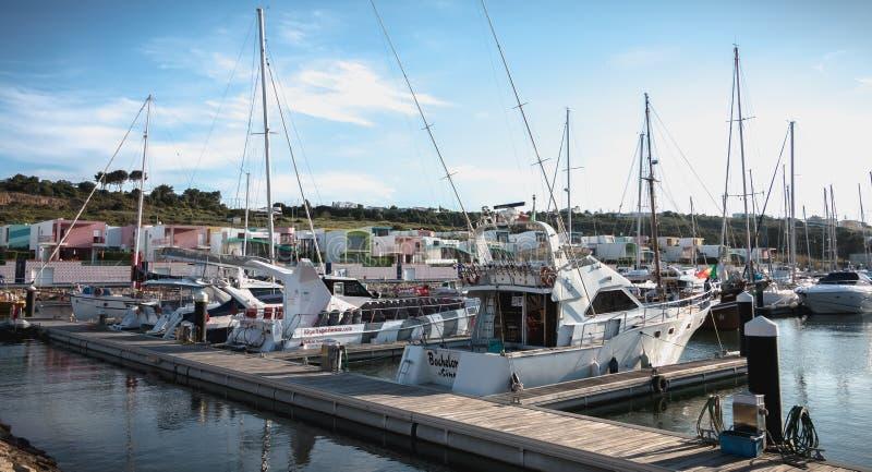 Vista del porticciolo lussuoso di Albufeira dove sono le barche turistiche parcheggiate immagini stock