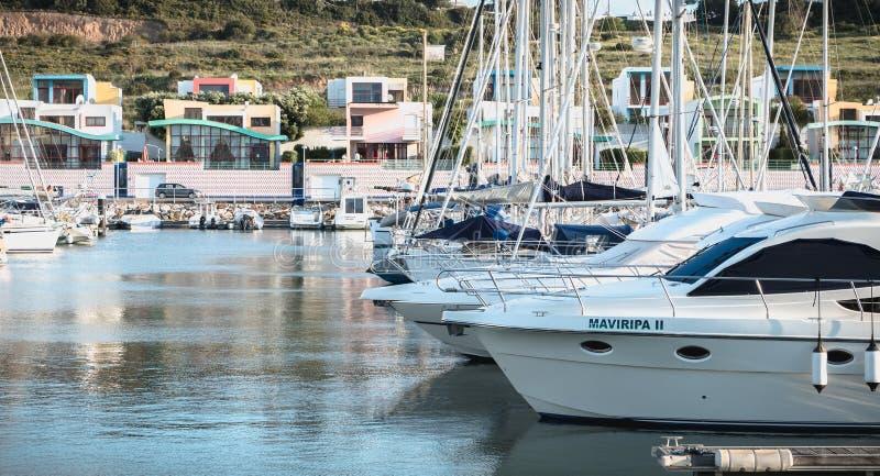 Vista del porticciolo lussuoso di Albufeira dove sono le barche turistiche parcheggiate immagini stock libere da diritti