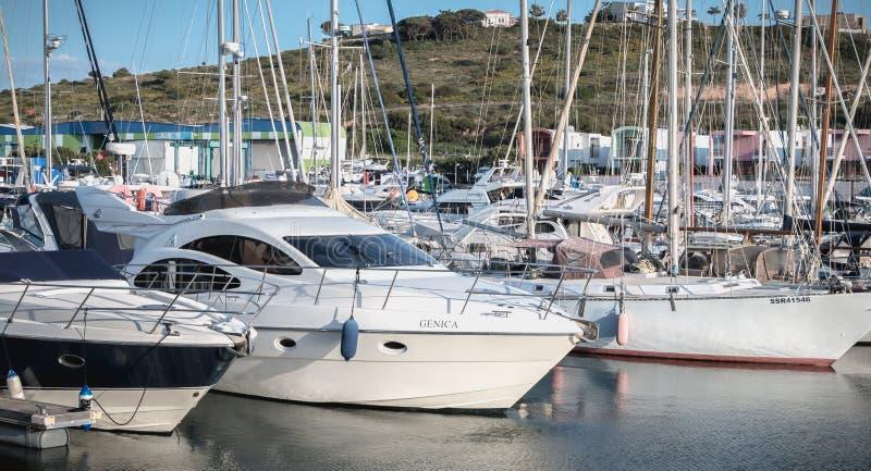 Vista del porticciolo lussuoso di Albufeira dove sono le barche turistiche parcheggiate fotografia stock