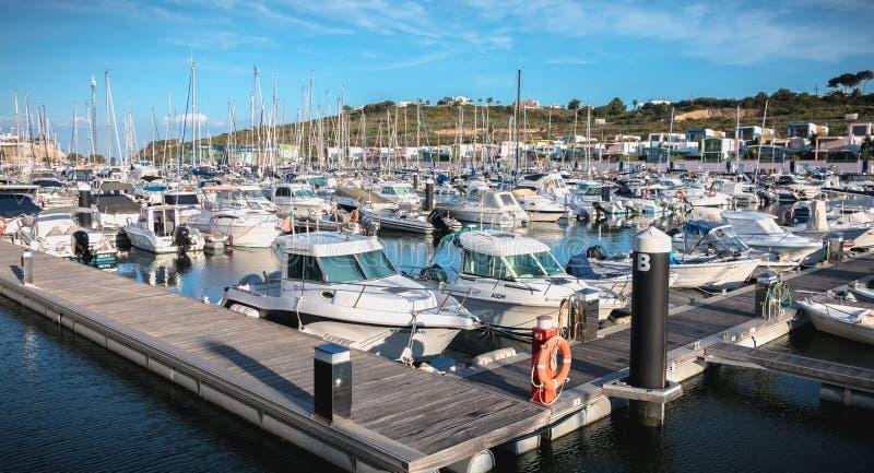 Vista del porticciolo lussuoso di Albufeira dove sono le barche turistiche parcheggiate fotografie stock libere da diritti