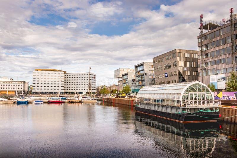 Vista del porto accanto alla st di Brattorkaia di Trondeim, Norvegia immagini stock libere da diritti