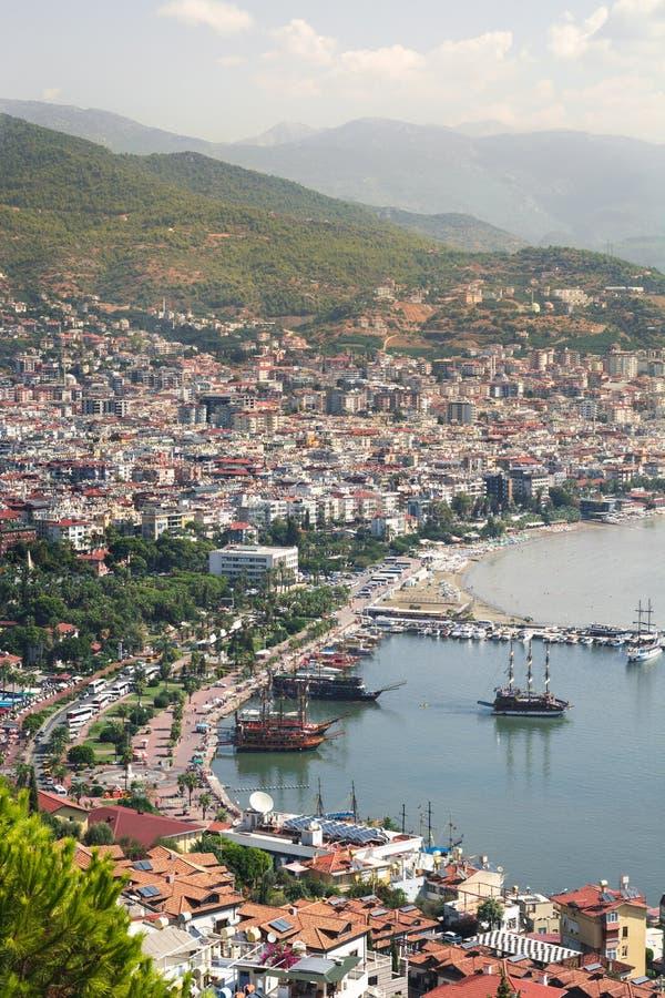 Vista del porto dalla cima, costa del sud di Alanya della Turchia Tetti, navi e montagne, turco riviera immagini stock libere da diritti
