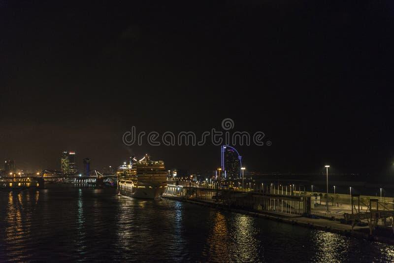 Vista del porto di Barcellona alla notte immagini stock