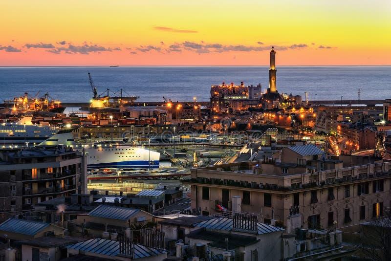 Vista del porto di Genova al tramonto immagine stock libera da diritti