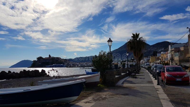 Vista del porto di Lipari fotografie stock