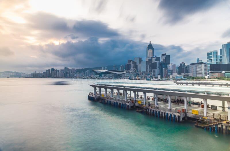 Vista del porto di Victoria da Tsim Sha Tsui con il pilastro, Hong Kong, Cina, Asia immagine stock libera da diritti