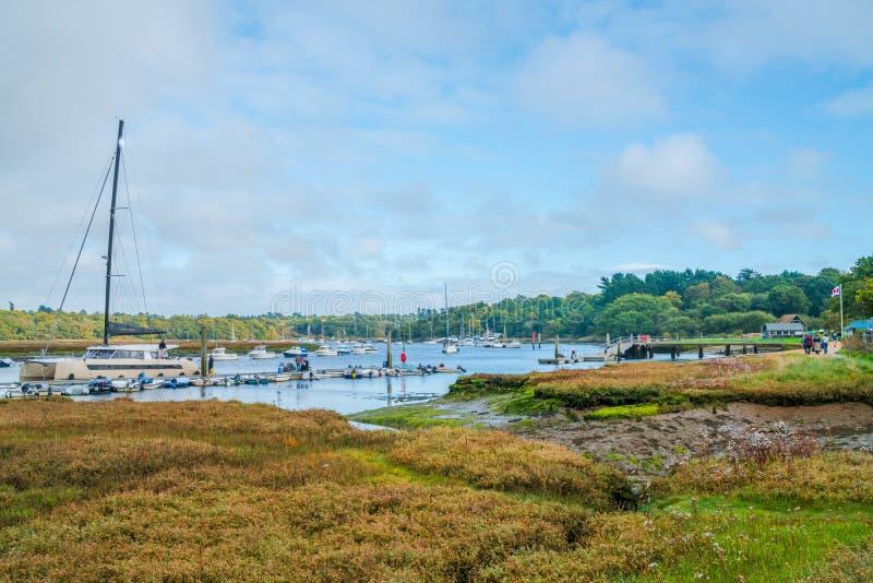 Vista del porto duro dell'yacht del ` s delle brocchiere sul fiume Beaulieu immagini stock