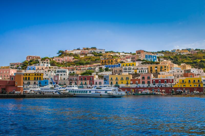 Vista del porto e della porta principali a Ponza, Italia Barche in mare e le case sulla linea costiera montagnosa immagine stock