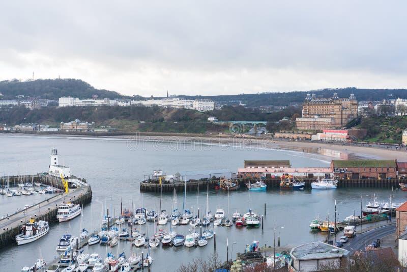 Vista del porto e della spiaggia di Scarborough fotografia stock libera da diritti