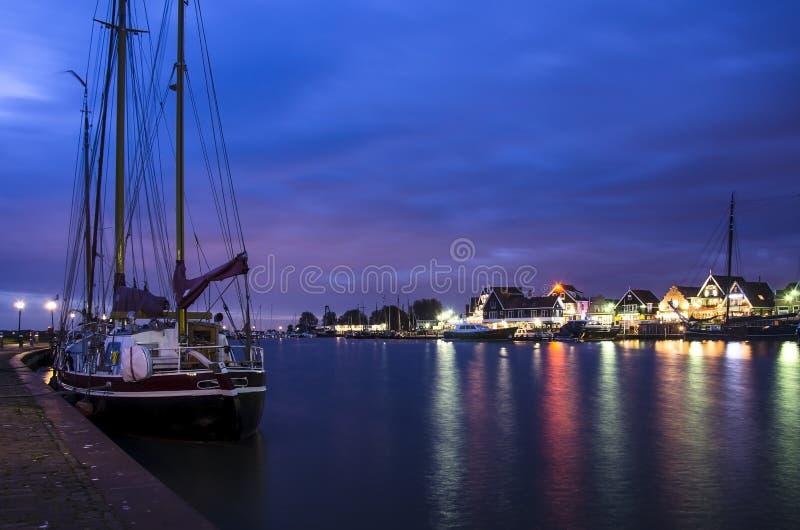 Vista del porto e dello yacht di Volendam, barche e imbarcazioni ancorate immagine stock