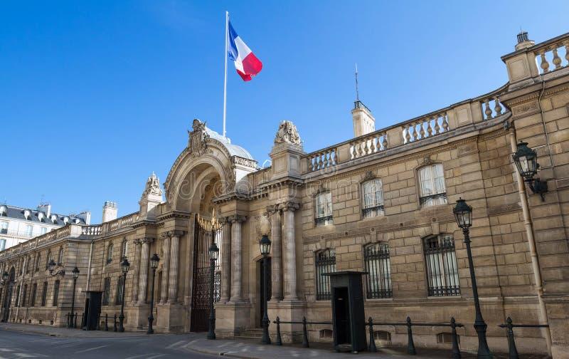 Vista del portone dell'entrata del Elysee Palace dalla ruta du Faubourg San-Honore Elysee Palace - residenza principale di immagine stock libera da diritti