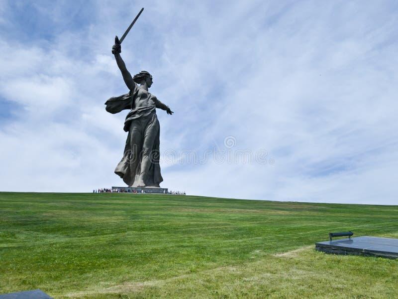 Vista del posto di sepoltura di un gran numero dei soldati che sono morto per la protezione della patria e del monumento fotografie stock libere da diritti