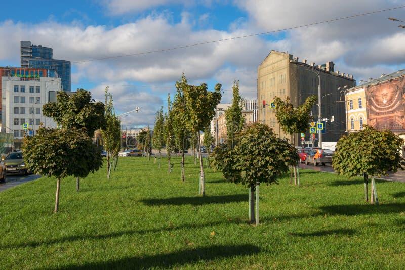 Vista del posto per le passeggiate della città sul quadrato di Serpukhovskaya immagini stock libere da diritti