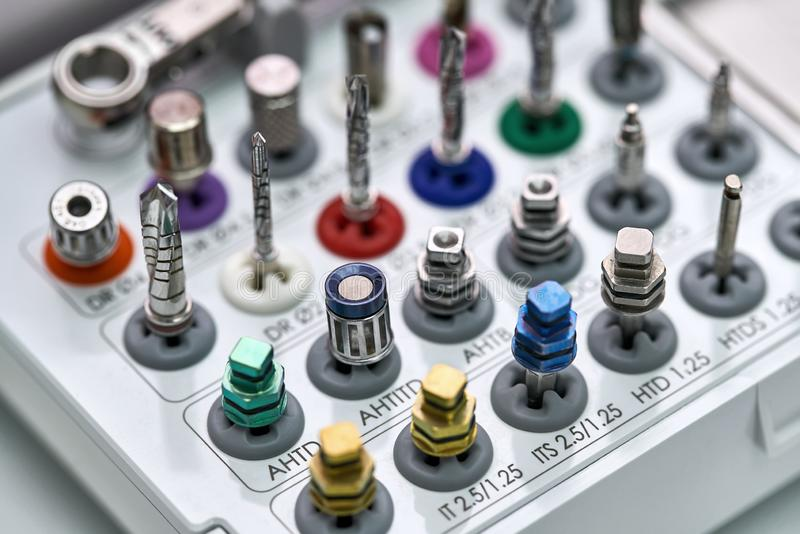 Vista del primo piano agli strumenti per prostetico dentario fotografie stock libere da diritti