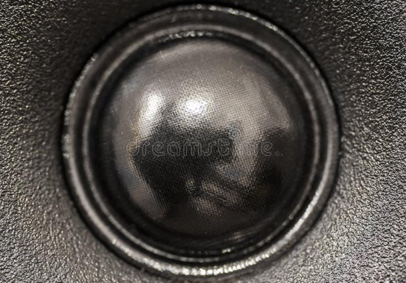 Vista del primo piano dell'altoparlante nero dell'altoparlante per alte frequenze immagini stock libere da diritti