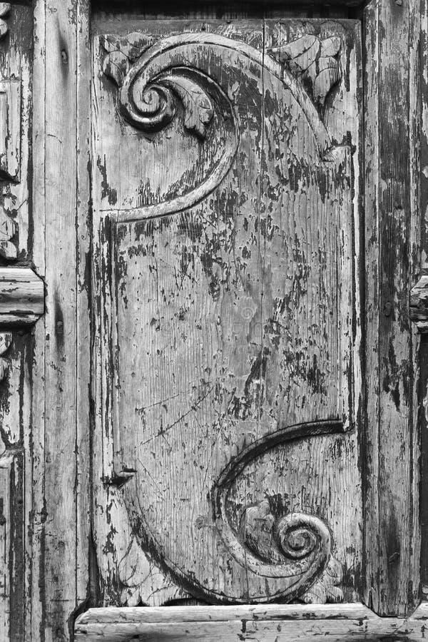 Vista del primo piano dell'elemento decorativo sulla vecchia porta di legno d'annata immagini stock