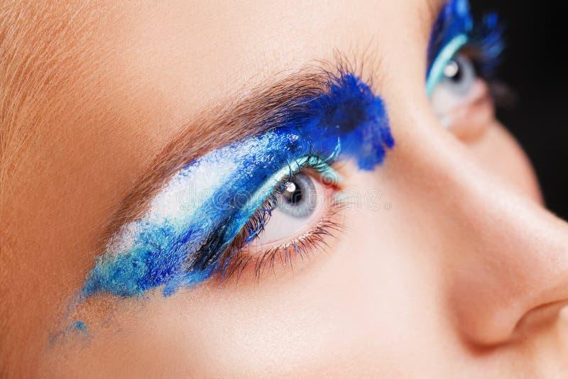 Vista del primo piano dell'occhio azzurro della donna con bello fotografia stock libera da diritti