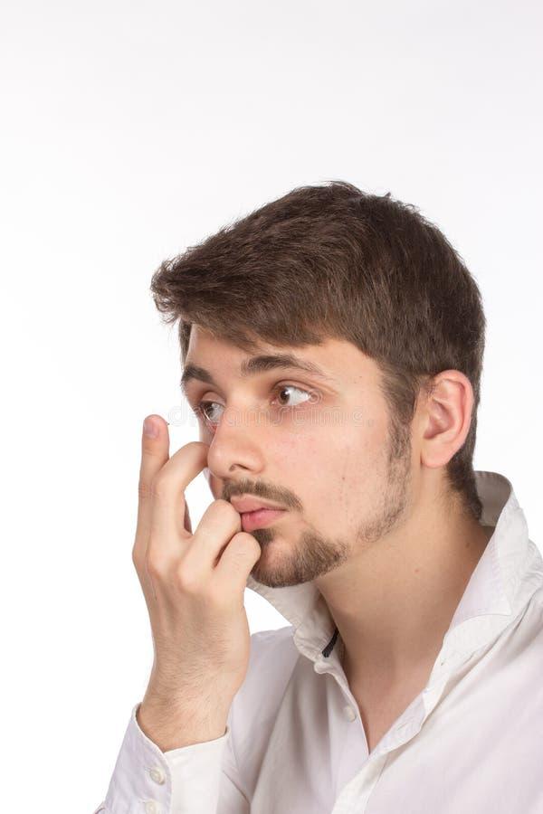 Vista del primo piano dell'occhio marrone di un uomo mentre inserendo una c correttiva fotografia stock