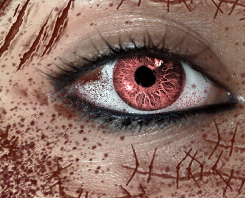 Vista del primo piano dell'occhio dell'orrore della femmina con molte cicatrici sul fronte fotografia stock libera da diritti