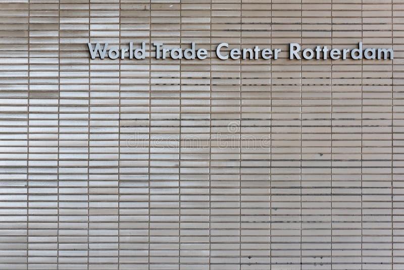 Vista del primo piano della facciata dell'entrata della costruzione del World Trade Center di Rotterdam fotografie stock libere da diritti