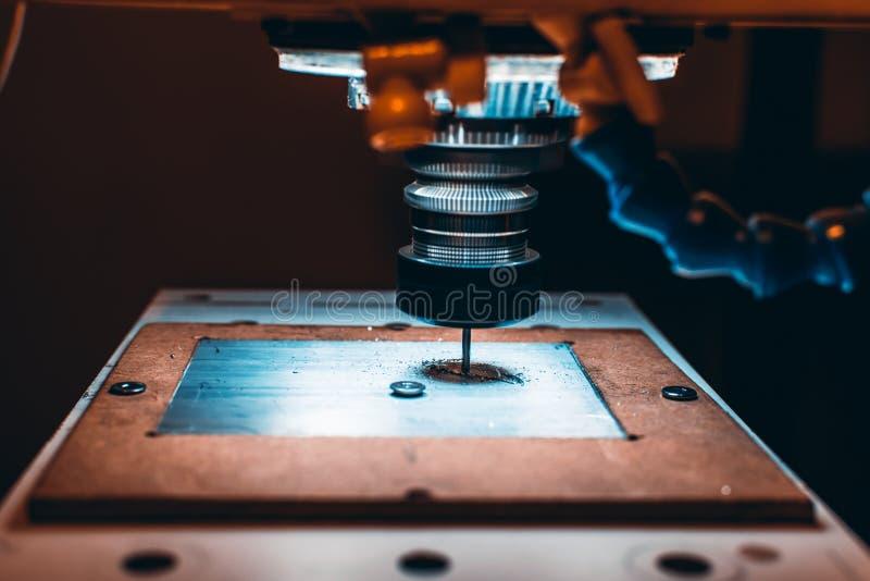 Vista del primo piano della fresatrice di CNC durante il lavoro fotografia stock libera da diritti