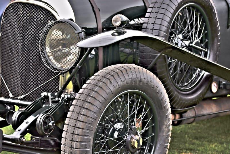 Vista del primo piano della gomma, del cuscino ammortizzatore e del faro anteriori di Bentley classico fotografie stock
