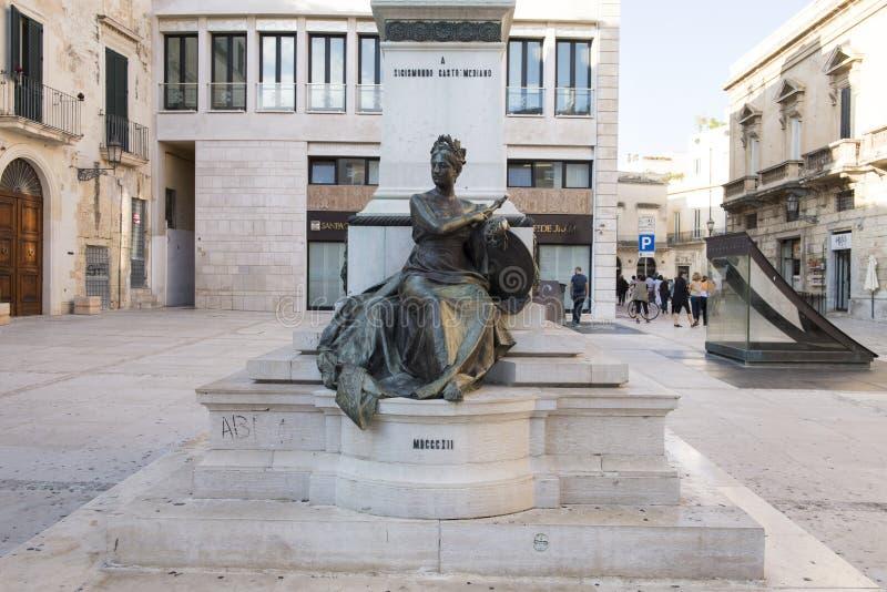 Vista del primo piano della personificazione di libertà alla parte anteriore della statua di Sigismondo Castromediano in Lecce, I fotografie stock
